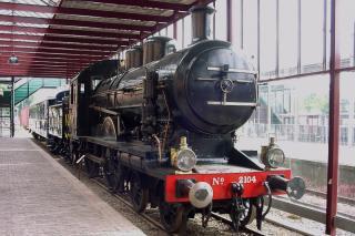 NS 2104 (HSM 504) Vervaardiger   Berliner Maschinenbau, vormals Schwartzkopff  Vervaardigingsdatum   1914  Onderwerp   Hoofdspoor; stoommachine, twee binnenliggende cilinders en oververhitter  Beschrijving   Reizigersvervoer. Stoomlocomotief met twee aangedreven assen en aan de voorzijde een tweeassig draaistel. De locomotief heeft een tender op drie assen  Soort object   Stoomlocomotief 2Bh2 - PO2 2101 - 2135 'Blikken Tinus'  Dataprovider   Nationaal Register Mobiel Erfgoed